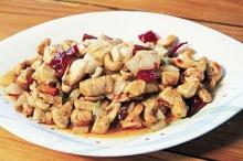 ไก่ผัดเม็ดมะม่วงหิมพานต์แบบจีน