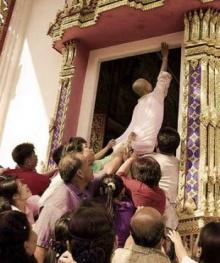 ทำไมจึงต้องให้นาคเอามือแตะขอบประตูโบสถ์ด้านบนสุด