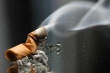 สาวที่เป็นคอยาสูบอาจสิ้นสวย เพราะบุหรี่ทำให้เกิดสิวไม่อักเสบ