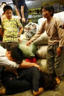 สื่อจีนฯ เผยภาพ หญิงเก็บขยะ ผู้ช่วยชีวิต เด็กน้อย 2 ขวบ