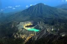 มหัศจรรย์!ทะเลสาบ 3 สี บนปล่องภูเขาไฟเคลิมูตู