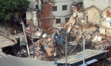 ระทึก จีนเจอหลุมยุบขนาดยักษ์ ดูดกลืนอาคารทั้งหลังถล่มในพริบตา