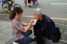 จีนจวกภาพจัดฉากหญิงป้อนอาหารขอทาน