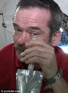 อะไรจะเกิดขึ้น เมื่อนักบินอวกาศร้องไห้ในสภาวะไร้แรงดึงดูด (ชมภาพ-คลิป)