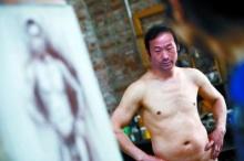หาเงินรักษาลูก ยอดคุณพ่อชาวจีนรับจ้างเป็นแบบเปลือย
