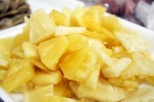ศอกขาวเนียนด้วยสับปะรด