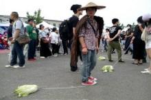 เทรนด์พิลึกวัยรุ่นจีน พา ผัก ไปเดินเล่น