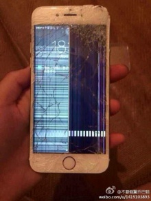 หนุ่มจีนสุดซวย นั่งทับ iPhone 6 หักคากระเป๋า!!