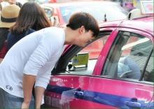 แชร์สนั่น!!! ภาพศิลปินเกาหลีชื่อดัง โบกแท็กซี่เมืองไทย ไม่รับ!
