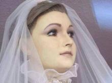 สวยสยอง ! หุ่นสวมชุดเจ้าสาว ทำมาจากศพจริงๆ