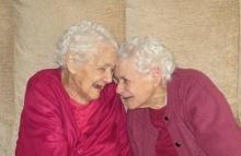 ยลโฉมคู่แฝดอายุยืนที่สุดในโลก อยู่เคียงข้างกันนาน 103 ปี!