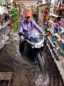 ขำๆ เมื่อน้ำท่วมกลางกรุง เหล่าคนดังก็มากันเพียบ!!