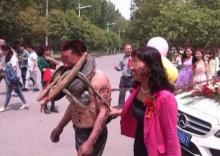 เชื่อไหม? นี่เป็นภาพแห่เจ้าบ่าวในจีน