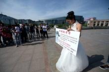 หมดหนทาง! แต่งงานดีกว่าขายตัว สาวชูป้ายแต่งงานกับใครก็ได้ ที่มีเงินรักษาพี่ชายกำลังจะตาย