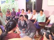 คู่รักเกย์ไทยแต่งงานตามประเพณีท่ามกลางครอบครัวร่วมยินดี
