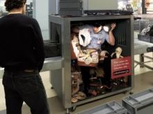 สุดเจ๋ง! โปสเตอร์โฆษณา 3 มิติ ที่ให้คุณมองทะลุตู้อัตโนมัติได้
