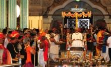 อินเดีย จัดพิธีราชาภิเษกมหาราชาองค์ใหม่ พระชนมายุ 23 พรรษา โดยมีนักบวช 40 รูป และแขกระดับเศรษฐีนับพันร่วมพิธี