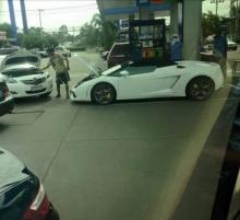จะจนจะรวยยังไงก็ต้องพึ่งพากัน แห่แชร์ Lamborghini ขอพ่วงแบต Toyota