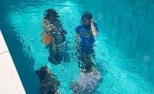 สระว่ายน้ำสุดแปลก ที่ลงไปใต้ก้นสระยังไงก็ไม่มีวันเปียก