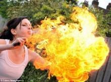 นางงามอังกฤษสุดเจ๋ง โชว์ทักษะเล่นกับไฟได้อย่างมืออาชีพ