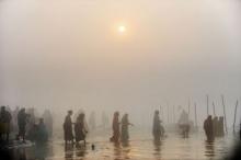 เริ่มแล้วพิธีล้างบาปของชาวฮินดูที่แม่น้ำคงคา