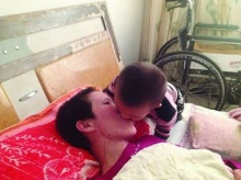 สุดซึ้ง ลูกน้อยผู้ทำให้แม่อัมพาตฟื้นจากโคม่า และคอยป้อนอาหารด้วยปากด้วยความรัก