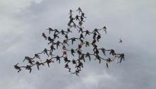 นักกระโดดร่มหญิงจากทั่วโลกร่วมกันทำสถิติต่อตัวแนวตั้งได้มากที่สุด