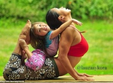 ชมภาพแม่กับลูกสาว 4 ขวบ โพสต์ท่าโยคะสุดเก๋