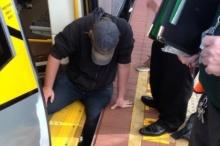 ระทึก! ชาวออสซี่ร่วมใจช่วยหนุ่มโชคร้ายขาติดชานชาลารถไฟ