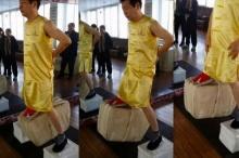 ทึ่ง!ปรมาจารย์กังฟูโชว์ใช้อัณฑะยกของหนัก80กก.!