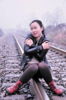 อุทาหรณ์! สาวจีนห่วงถ่ายรูป บนรางรถไฟ สุดท้าย..
