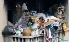 อนาถ! สองพี่น้องใช้ชีวิตในบ้านกองขยะ เสื้อผ้าแทบไม่มีใส่!