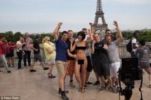 ติสต์แตกของจริง!! ศิลปินสาวสวยแก้ผ้าถ่ายรูปกับนักท่องเที่ยวกลางหอไอเฟล