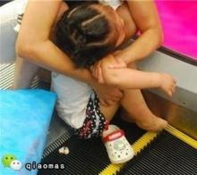 อุทาหรณ์!!! อุบัติเหตุสยอง บันไดเลื่อน กับ เด็ก ไม่ควรละเลย!!