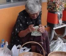 เงิน 20 บาทของคุณมีค่าแค่ไหน?? มาดูยายคนนี้แล้วคุณจะเห็นว่ามีค่ามากกับบางคน!!!