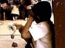 ตะเตือนไต ! เด็กน้อยไม่มีพ่อแม่ น้ำตาไหล แอบดูเพื่อนกราบพ่อแม่คนอื่น ในงานวันแม่
