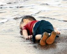 """ศิลปะสุดเศร้า!! ชาวเน็ต """"วาดการ์ตูนอาลัย"""" หนูน้อยซีเรีย จมน้ำระหว่างอพยพ!!"""