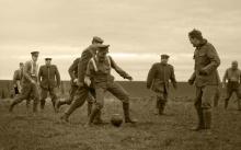 ทหารอังกฤษและเยอรมันพักรบ ชวนกันเตะบอลในช่วงสงครามโลกครั้งที่1 !!(คลิป)
