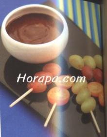 ช็อกโกแลตฟองดูกับผลไม้เสียบไม้