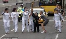ด.ช.ชาวอังกฤษเล่นพิเรนทร์ แย่งคบเพลิงโอลิมปิกจากมือนักวิ่ง
