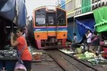 ฮือฮา สื่อฝรั่งสุดทึ่งตลาดร่มหุบแม่กลองค้าขายติดทางรถไฟ