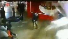 ตู้ปลาฉลามระเบิดกลางห้างดังในจีน