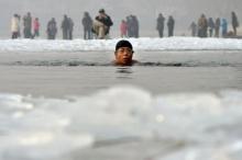 จีนจัดแข่งว่ายน้ำข้ามแม่น้ำเหลืองอุณหภูมิ4องศา