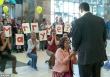 หญิงสาวคุกเข่าขอแฟนหนุ่มแต่งงานกลางสนามบิน