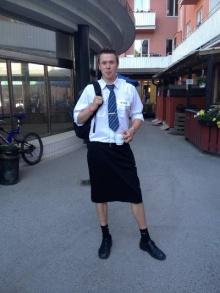 แปลกตา! คนขับรถไฟชายที่สวีเดนสวมกระโปรงทำงาน หลังถูกห้ามใส่กางเกงขาสั้น