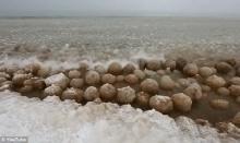 หนาวจัด รัฐมะกันเจอลูกบอลหิมะเกลื่อนนับร้อยลูก