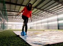 ศิลปินสาวจีน ใช้ลูกฟุตบอลวาดรูปสุดยอดนักเตะฟุตบอลโลก