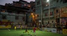 สุดไฮเทค!! สนามฟุตบอลที่ใช้ไฟส่องสว่างจากการวิ่งของนักเตะ