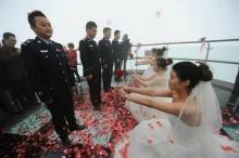 ซึ้ง! 4 สาวจีนจัดเซอร์ไพรส์! คุกเข่าขอแต่งงานแฟนหนุ่มในเครื่องแบบ