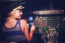 ซวย!! กัปตันโดนไล่ออกหลังปล่อยให้นักร้องสาวนั่งขับเครื่องบิน